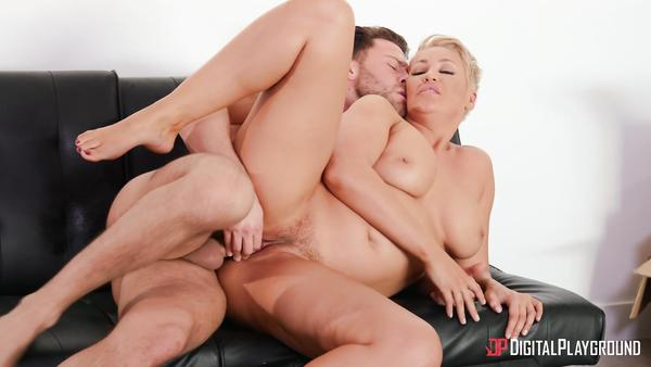 Huge Booty MILF Ryan Keely Seduces Youthful Aide xxxnnn