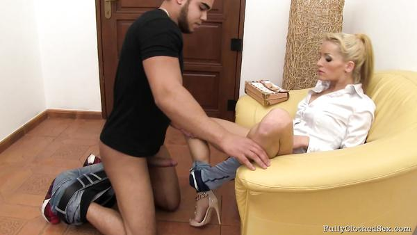 Slim European slut attracts Arab male in her home irajwap